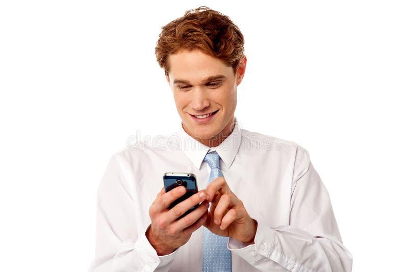 Affärsman som använder mobiltelefonen arkivfoto
