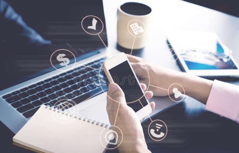 Affärsman som använder mobiltelefonen för att förbinda till världen arkivbilder
