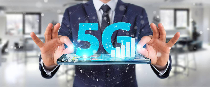 Affärsman som använder nätverket 5G med tolkningen för mobiltelefon 3D royaltyfri illustrationer