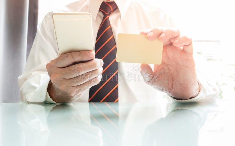 Affärsman som använder smartphonen och kreditkorten arkivbild