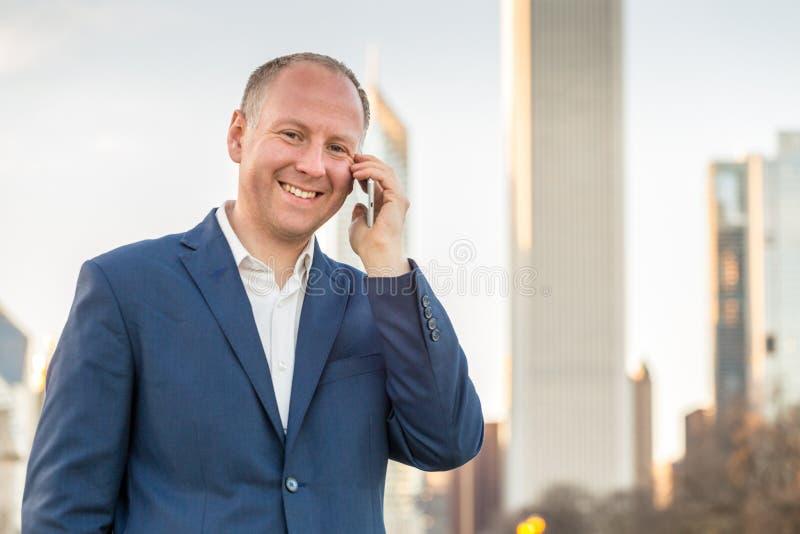 Affärsman som använder telefonen utanför kontoren fotografering för bildbyråer