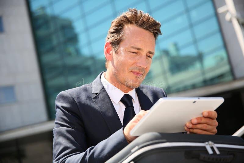 Affärsman som använder utomhus minnestavlan arkivfoto