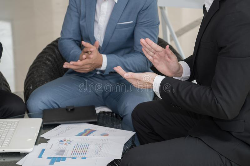 Affärsman som applåderar efter framgångavtal arkivbild