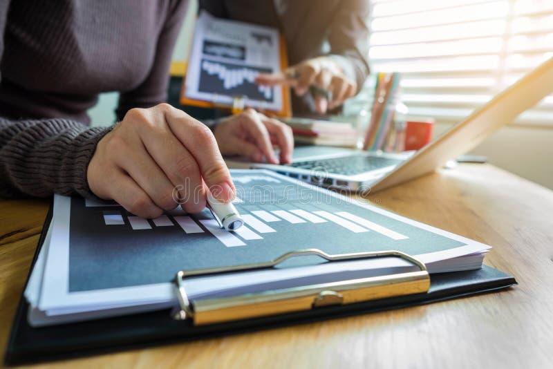 Affärsman som arbetar som ett lagstartmöte arkivfoto