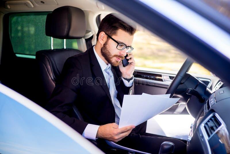 Affärsman som arbetar från bilen arkivbild