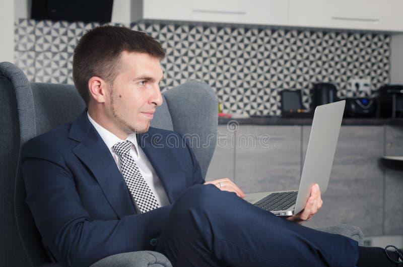 Affärsman som arbetar i hem med datoren royaltyfria bilder