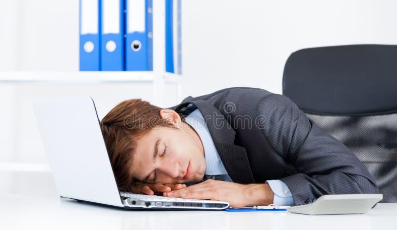 Affärsman som arbetar i kontoret royaltyfria bilder