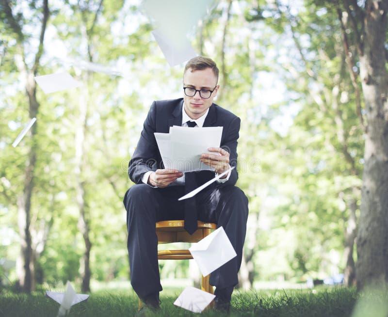 Affärsman som arbetar i skogen arkivbild