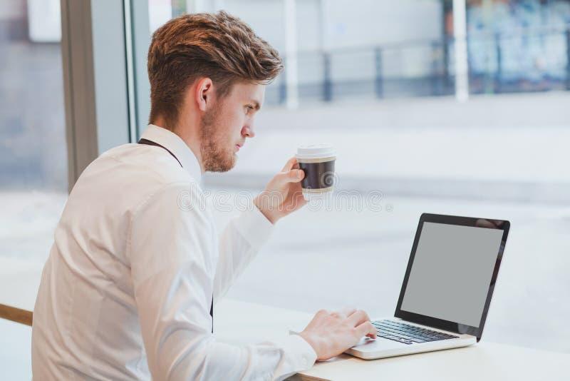 Affärsman som arbetar med bärbar datordatoren arkivfoton
