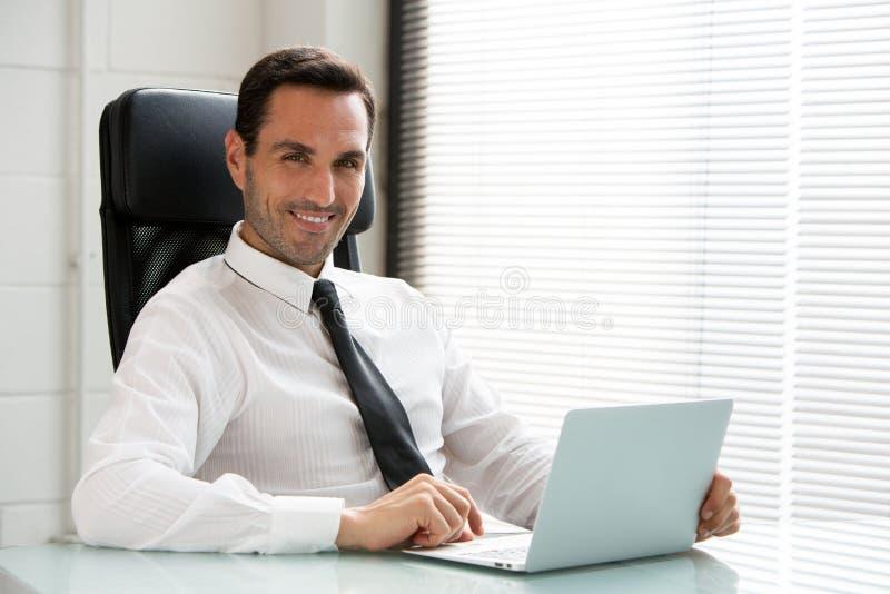 Affärsman som arbetar med en bärbar datordator fotografering för bildbyråer