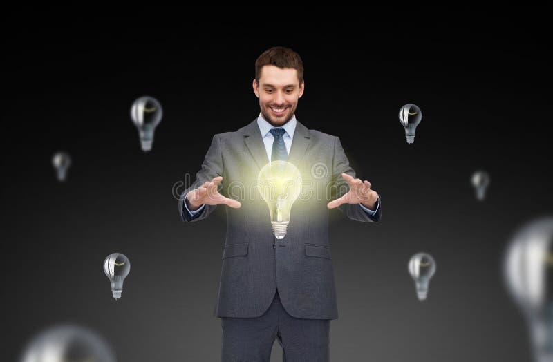 Affärsman som arbetar med symboler för ljus kula vektor illustrationer