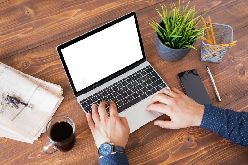 Affärsman som arbetar på bärbar datordatoren på skrivbordet arkivfoto
