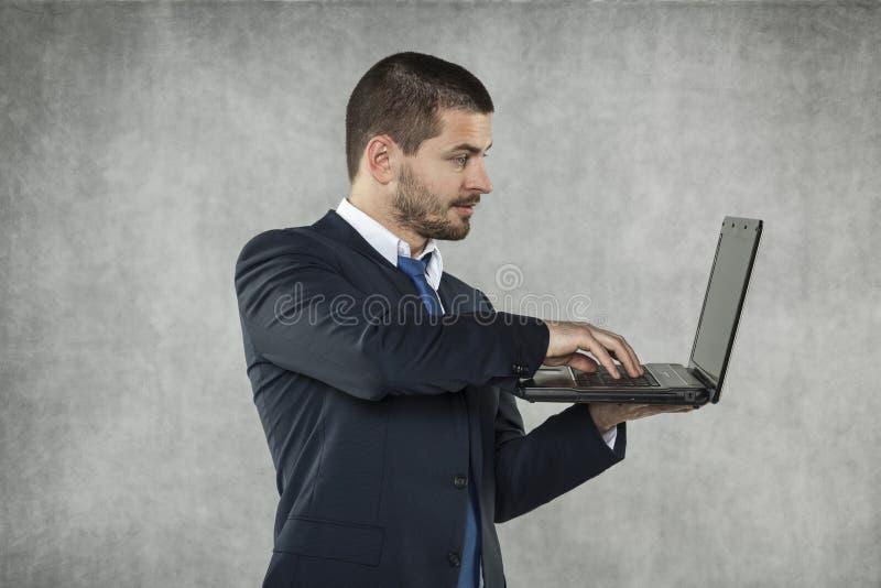 Affärsman som arbetar på en dator royaltyfri bild