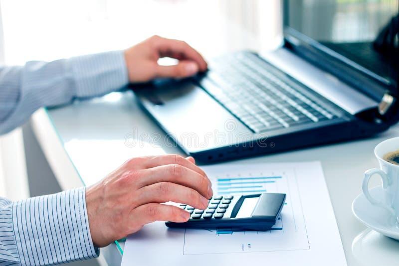 Affärsman som arbetar på en dator arkivbilder