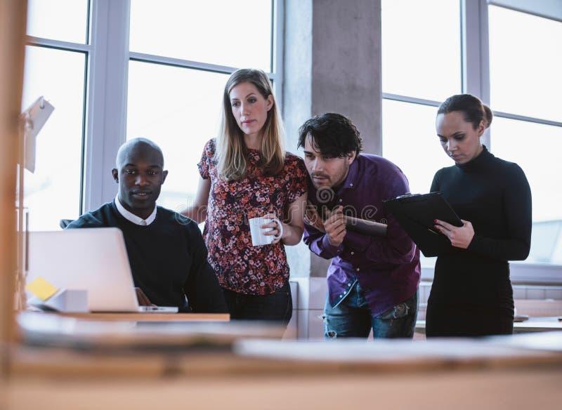 Affärsman som arbetar på ett projekt med kollegor arkivfoto