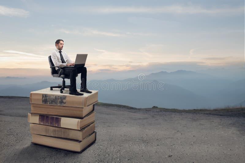 Affärsman som arbetar på hans bärbar dator royaltyfria bilder