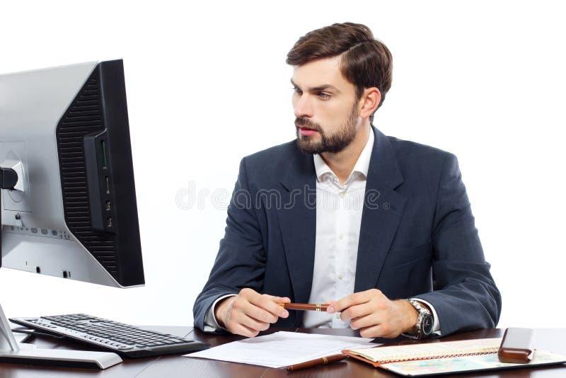 Affärsman som arbetar på hans kontor med datoren royaltyfri foto
