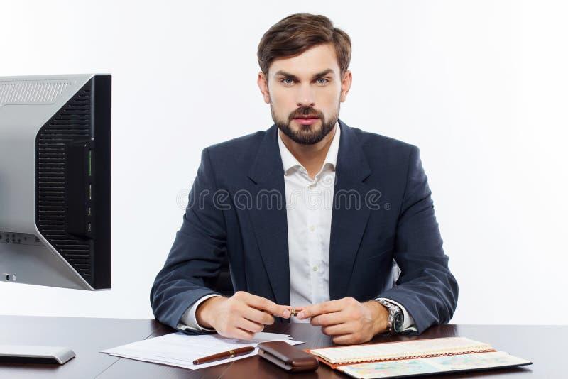 Affärsman som arbetar på hans kontor med datoren arkivfoto
