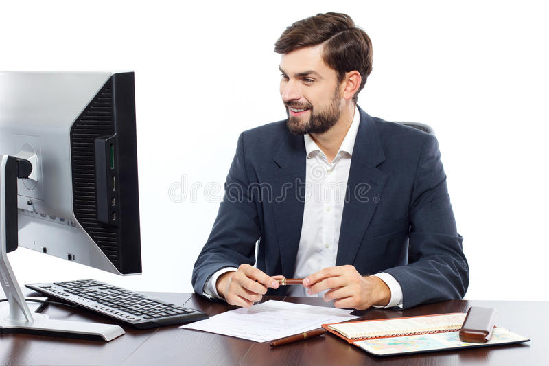Affärsman som arbetar på hans kontor med datoren royaltyfri bild