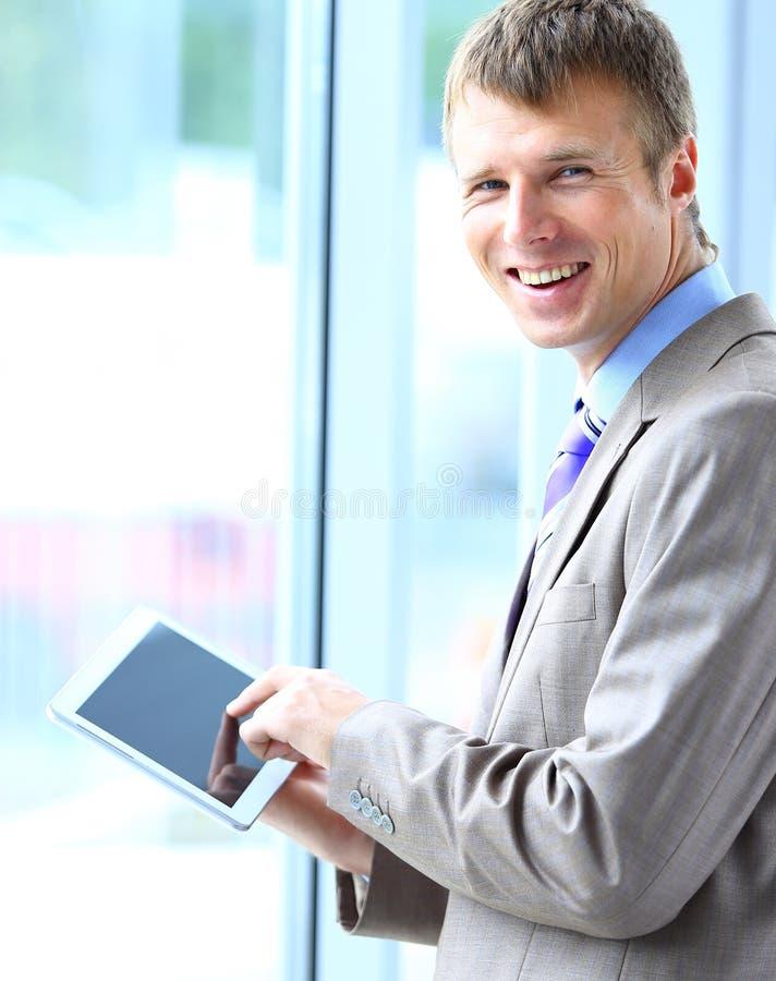 Affärsman som arbetar på hans minnestavla arkivfoton