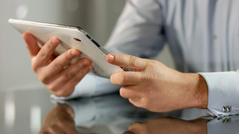 Affärsman som arbetar på minnestavlaPC, genom att använda mobilen app, teknologi i affär arkivbild