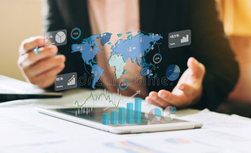 Affärsman som arbetar på projektet för PLUGGHÄST som analyserar den finansiella rapporten för företag med ökade verklighetdiagram royaltyfria foton