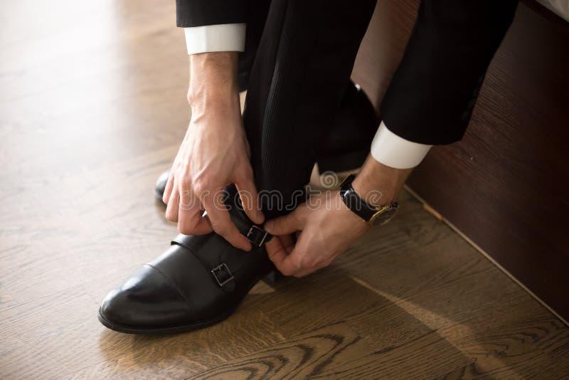 Affärsman som bär stilfulla skor, när gå på arbete royaltyfri foto