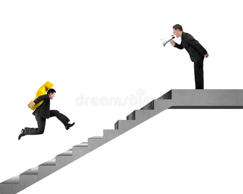 Affärsman som bär USD spring på trappa, hållande högtalare för framstickande arkivfoton