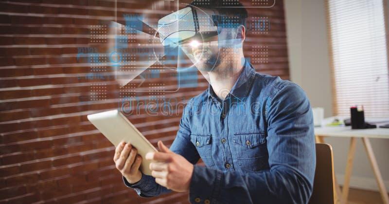 Affärsman som bär VR-exponeringsglas, medan rymma minnestavlaPC stock illustrationer