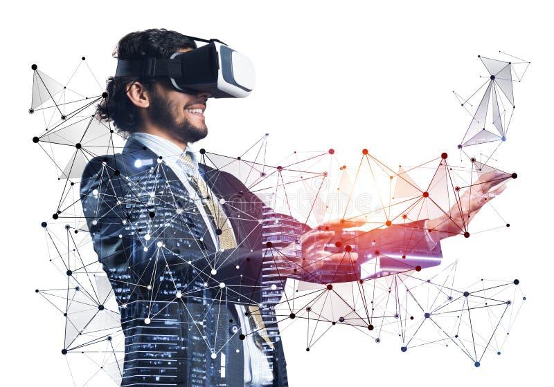 Affärsman som bär VR-hörlurar med mikrofonarbete royaltyfri fotografi