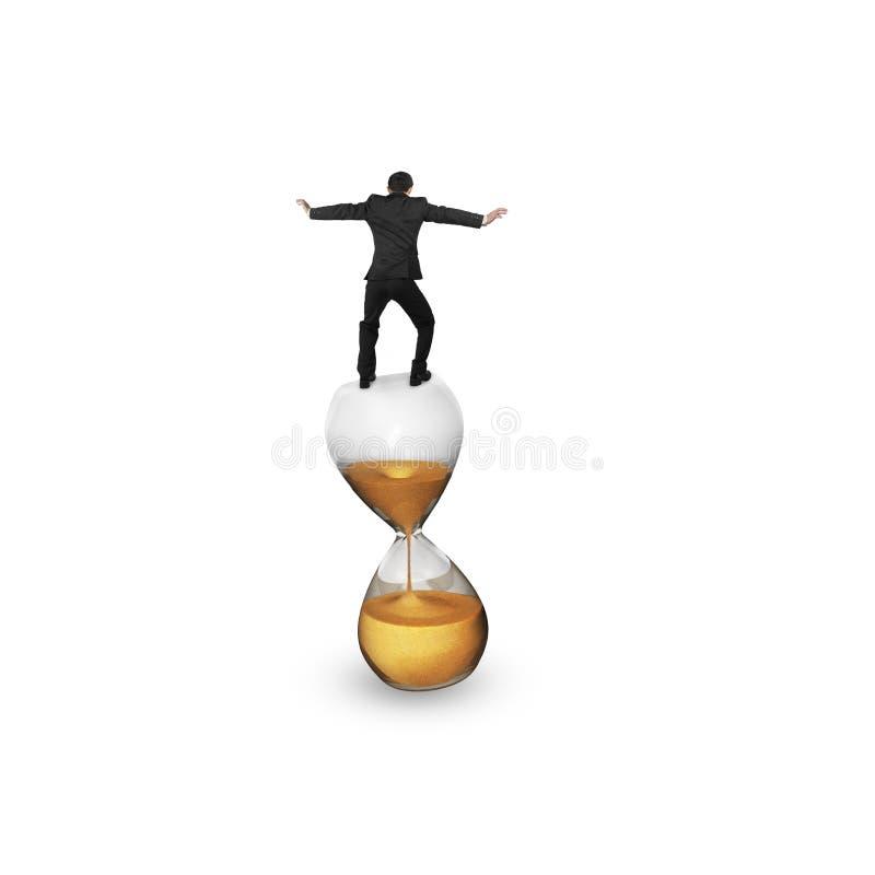 Affärsman som balanserar på timglaset royaltyfri illustrationer