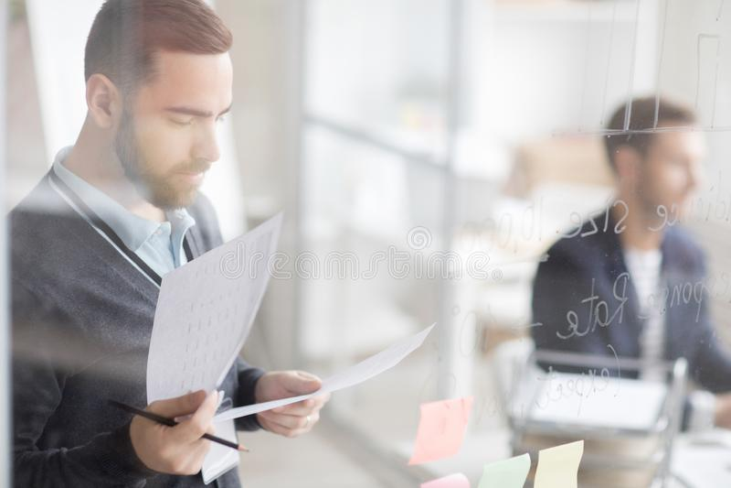 Affärsman som beräknar finanser arkivbilder