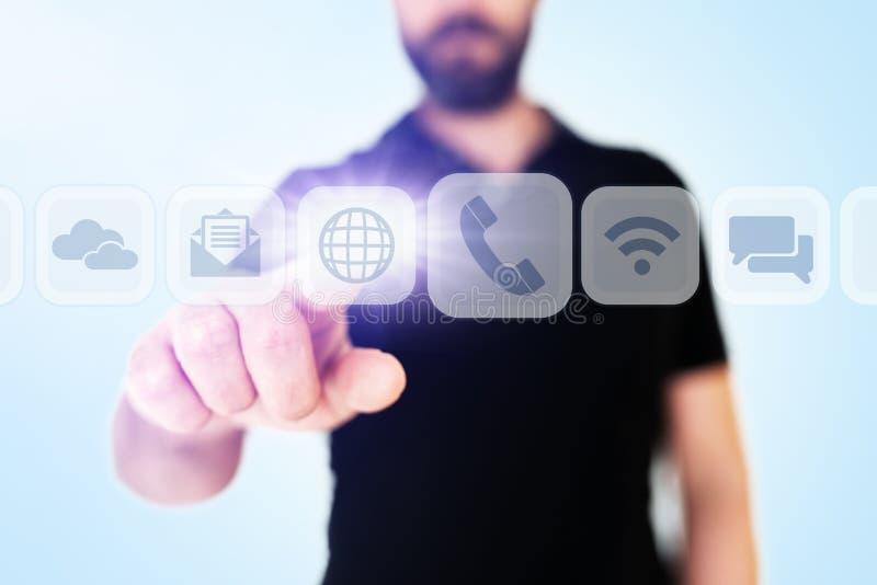Affärsman som bläddrar till och med kommunikationsapps på genomskinlig manöverenhet för digital skärm arkivbild