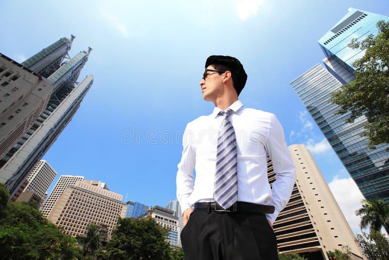 Affärsman som bort ser till himmel royaltyfri bild