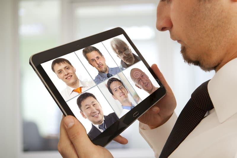 Affärsman som deltar i videokonferens royaltyfri bild