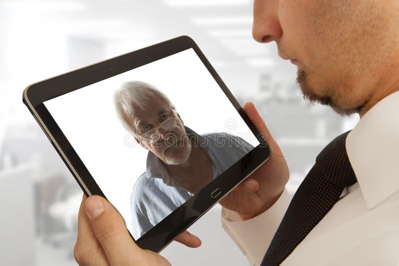 Affärsman som deltar i videokonferens royaltyfri foto