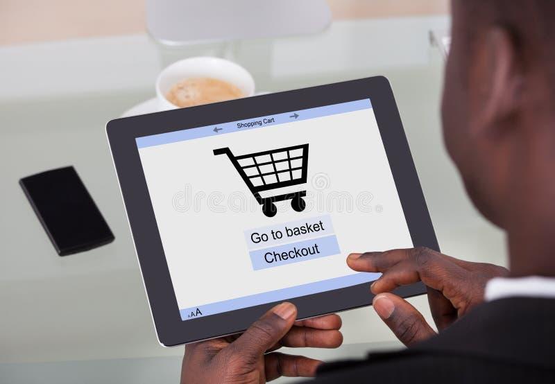 Affärsman som direktanslutet shoppar arkivfoton