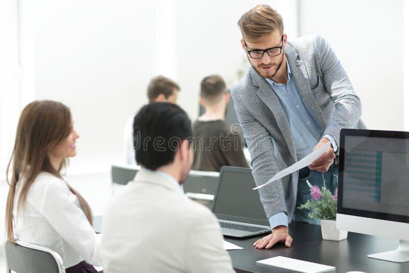 Affärsman som diskuterar med personalarbetsdokumentet arkivfoto