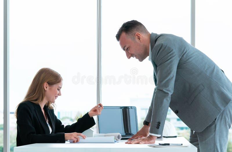 Affärsman som diskuterar på försäljningsdata i lagmöte royaltyfria bilder