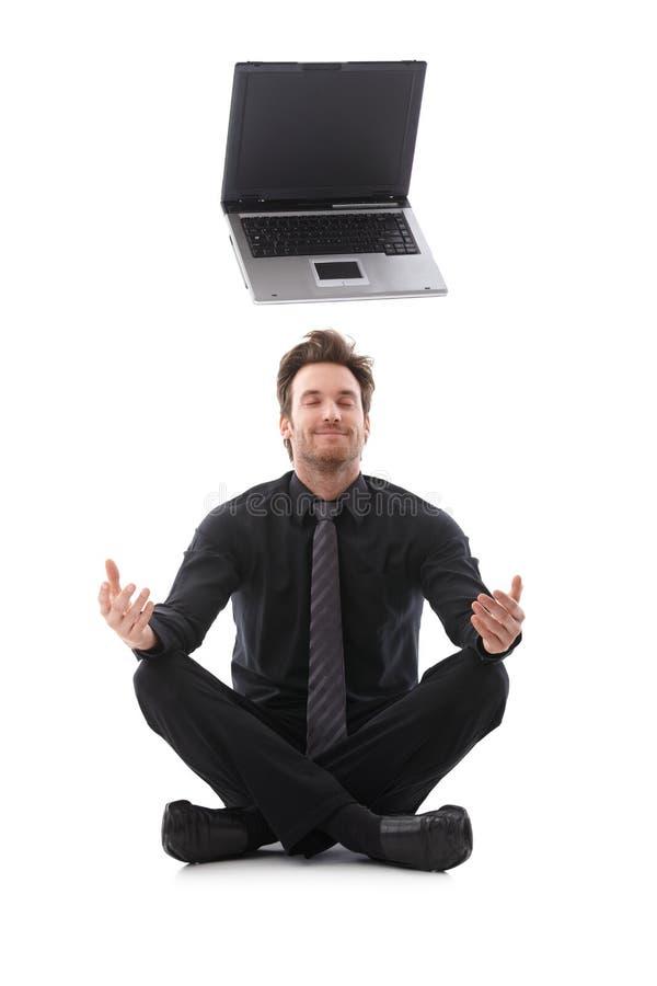 Affärsman som drömm om en bärbar dator arkivfoto