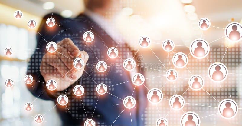 Affärsman som drar det globalt strukturnätverket och datautbyte royaltyfria foton