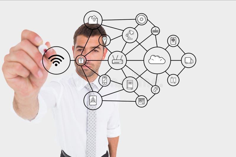 Affärsman som drar en graf på skärmen arkivbilder