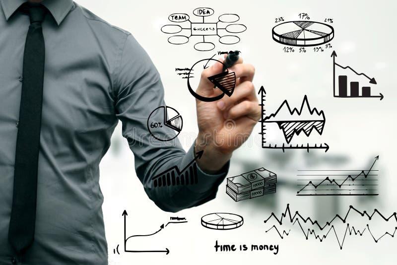 Affärsman som drar olika grafer och chartss fotografering för bildbyråer