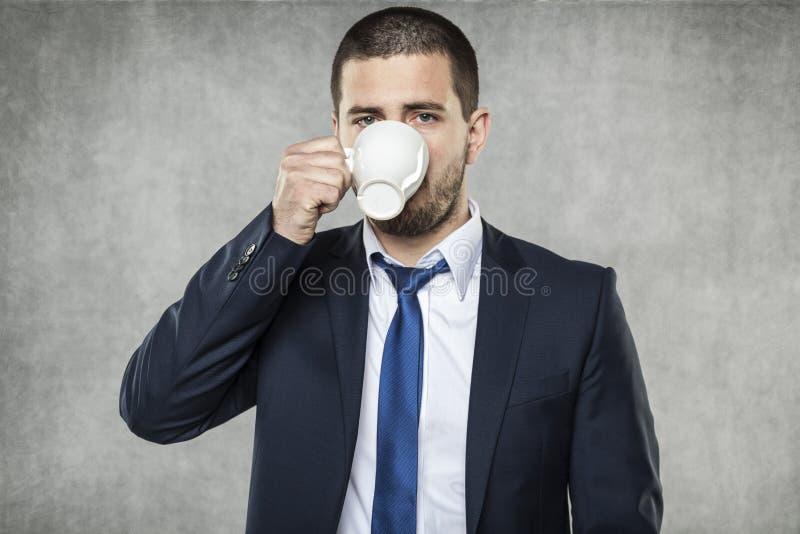 Affärsman som dricker ett kaffe royaltyfri foto