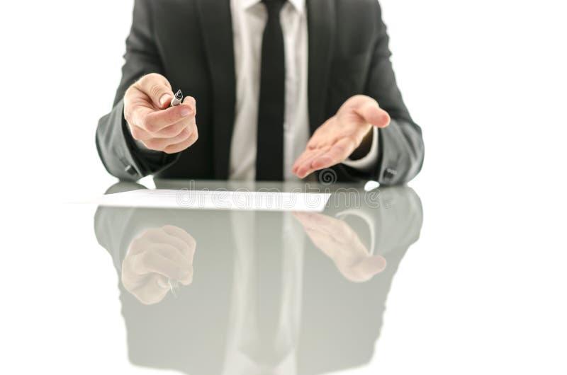 Affärsman som erbjuder att underteckna ett avtal royaltyfri foto