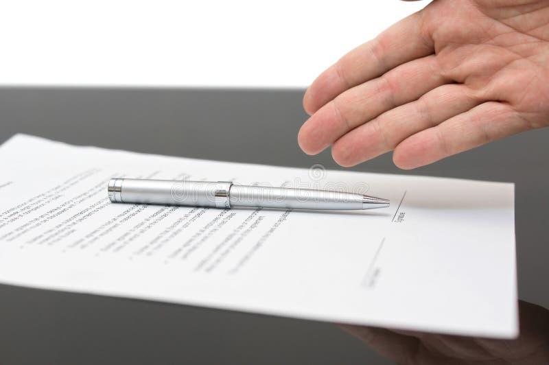 Affärsman som erbjuder att underteckna ett avtal royaltyfria foton