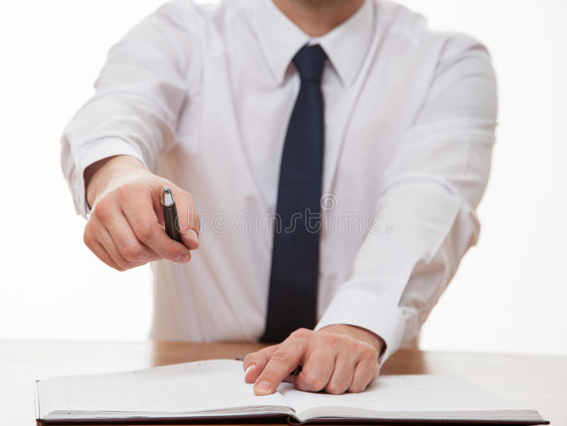 Affärsman som erbjuder att underteckna ett avtal arkivfoto