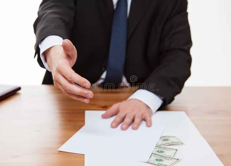 Affärsman som erbjuder ett samarbete och pengar royaltyfria bilder