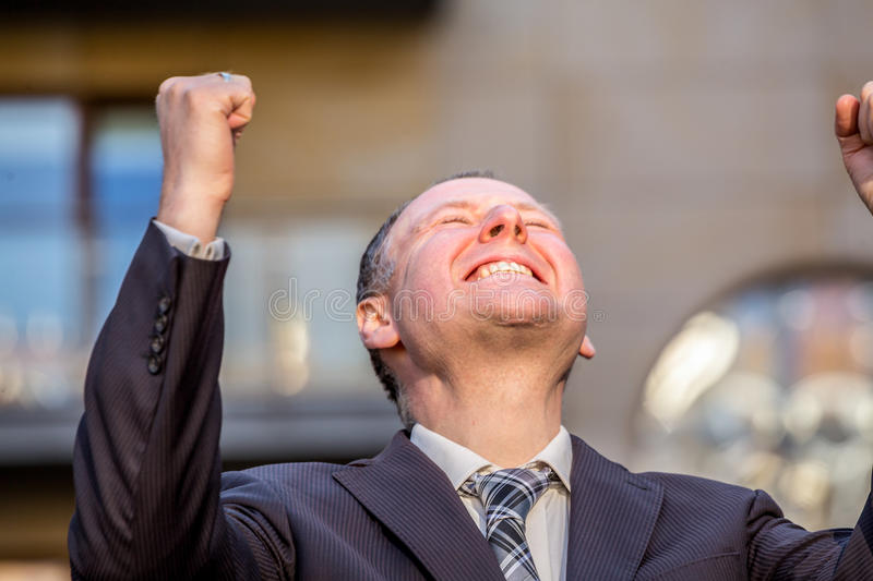 Affärsman som expresing hans glädje arkivfoto