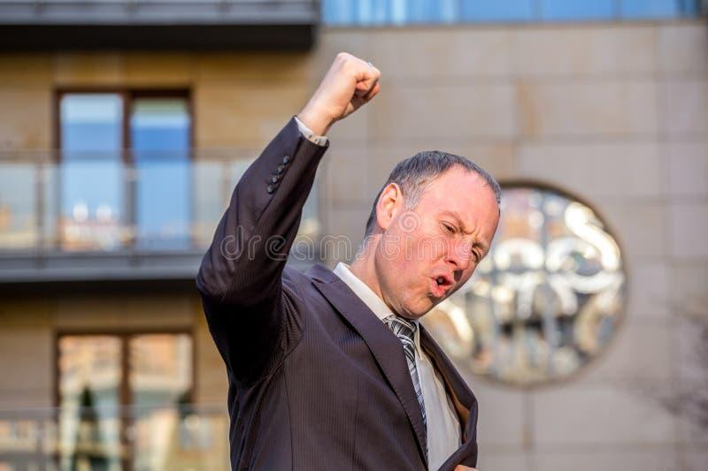 Affärsman som expresing hans glädje royaltyfri fotografi